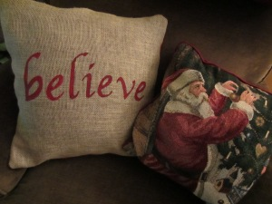 Holiday Crafts: Burlap Pillow with ALittleClaireification.com #crafts #diy #holidays